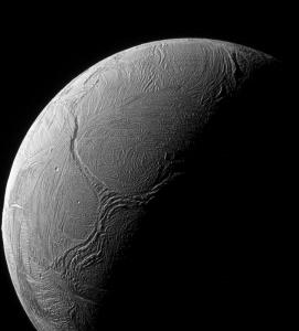 Rys. 2. System tektonicznych uskoków w kształcie Y w pobliżu centrum aktywności wulkanicznej w okolicy bieguna południowego Enceladusa (NASA).