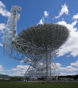 Największy w pełni ruchomy radioteleskop świata w Green Bank w Zachodniej Wirginii (public domain)