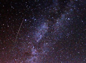 Meteor z roju Perseidów i fragment Drogi Mlecznej. CC BY-SA 3.0 Autor: Brocken Inaglory