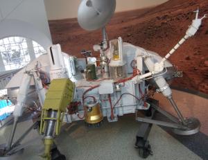 Kopia lądownika Viking. Dwa lądowniki Viking 1 i Viking 2 dotarły na Marsa i przesłały wiele cennych wyników,m.in. dotyczących śladów życia. Wystawa w los Angeles.